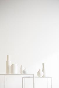 白壁と花瓶の写真素材 [FYI02450254]
