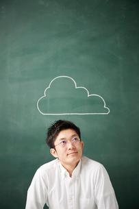 黒板に書かれた雲の前で考える人のイラスト素材 [FYI02450355]