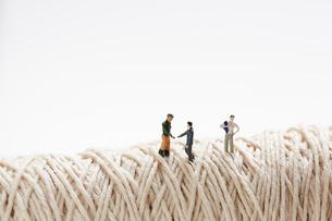 糸の上に立つ製造者と営業マンの写真素材 [FYI02450389]