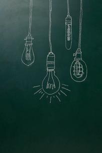黒板に描いた裸電球のイラスト素材 [FYI02450480]