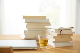 ダイニングテーブル上のパソコンと本の写真素材 [FYI02450504]