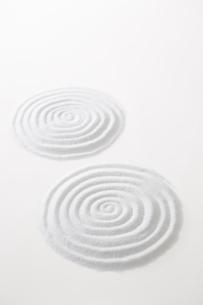 白砂で描いた2つの波紋の写真素材 [FYI02450564]