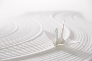 白砂で描いた曲線と折り鶴の写真素材 [FYI02450581]