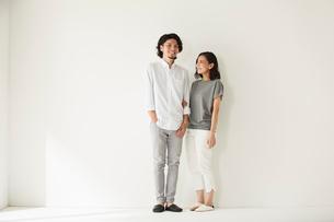 壁前に立つ男女二人の写真素材 [FYI02450620]