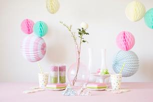 テーブルの上に置かれた折り紙で作られた雛人形とパーティーグッズの写真素材 [FYI02450715]