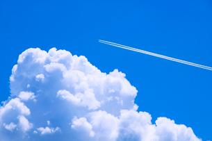 青空と入道雲と飛行機雲の写真素材 [FYI02450867]