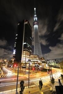 夜の東京スカイツリーの写真素材 [FYI02451122]