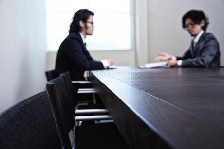 会議中のビジネスマンたちの写真素材 [FYI02451248]