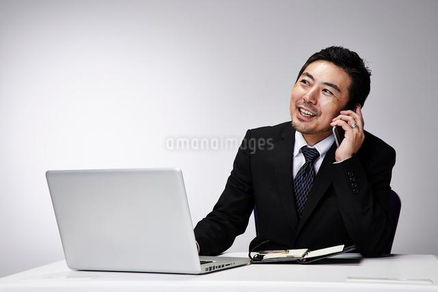 会社のデスクで仕事をする男性の写真素材 [FYI02451370]