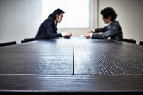 会議中のビジネスマンたちの写真素材 [FYI02451434]