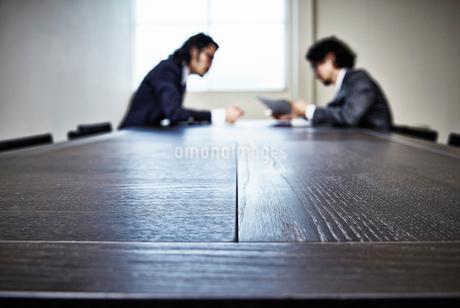 会議中のビジネスマンたちの写真素材 [FYI02451500]