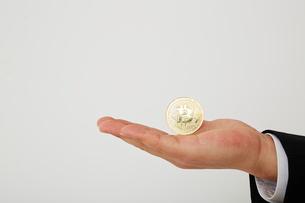 ビットコインを持った手の写真素材 [FYI02451686]