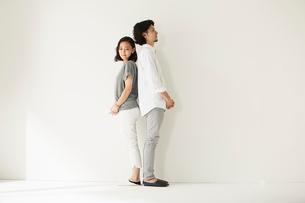 壁前に立つ男女二人の写真素材 [FYI02451828]