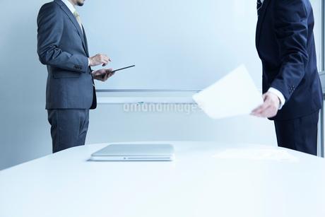 ホワイトボードに向かう二人の男性の写真素材 [FYI02451859]