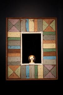 木製のフレームと電球の写真素材 [FYI02451871]