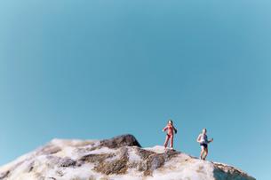 岩山でランニングする男性の写真素材 [FYI02451900]