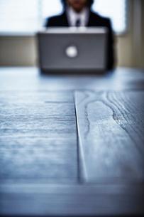 会議室でパソコンをするビジネスマンの写真素材 [FYI02451909]