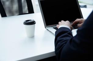 パソコン作業をする男性の手元の写真素材 [FYI02452042]