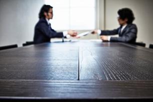 会議中のビジネスマンたちの写真素材 [FYI02452062]