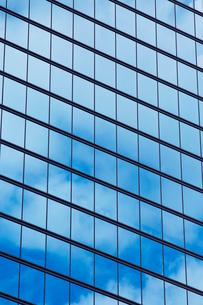 高層ビルの窓の写真素材 [FYI02452071]