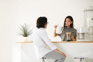 ダイニングキッチンでくつろぐ男女の写真素材 [FYI02452102]