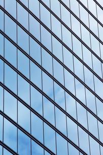 高層ビルの窓の写真素材 [FYI02452103]