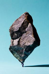 重石を背負ってるサラリーマンの写真素材 [FYI02452333]