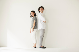 壁前に立つ男女二人の写真素材 [FYI02452341]