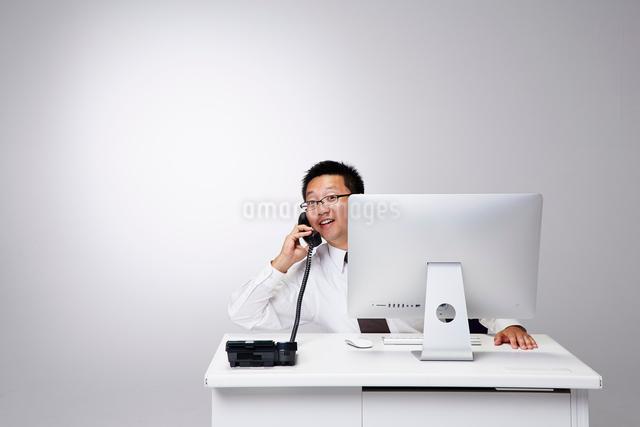 会社のデスクで仕事をする男性の写真素材 [FYI02452351]
