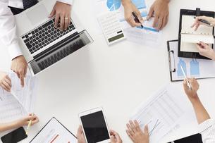 会議中の6人の会社員の手元の写真素材 [FYI02452354]