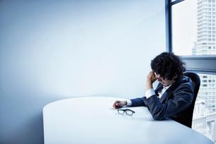 会社のデスクで頭を悩ませるビジネスマンの写真素材 [FYI02452358]