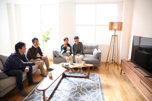 リビングでテレビを観る3世代ファミリーの写真素材 [FYI02454443]