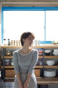 キッチンに佇む若い女性の写真素材 [FYI02454716]