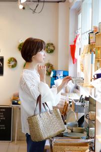 ショッピングをする女性の写真素材 [FYI02454914]