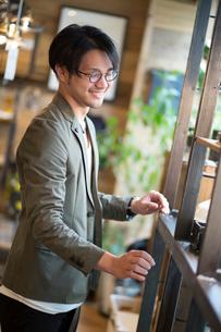 ディスプレイをする男性販売員の写真素材 [FYI02455081]