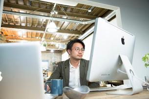 SOHOで仕事をする私服のビジネスマンの写真素材 [FYI02455183]