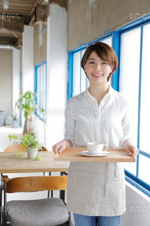 ウエイトレスの若い女性の写真素材 [FYI02455197]