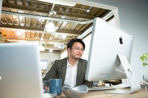 SOHOで仕事をする私服のビジネスマンの写真素材 [FYI02455199]