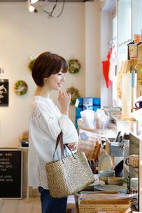 ショッピングをする女性の写真素材 [FYI02455263]