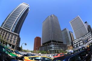 丸の内のタクシーと高層ビル群の写真素材 [FYI02456705]
