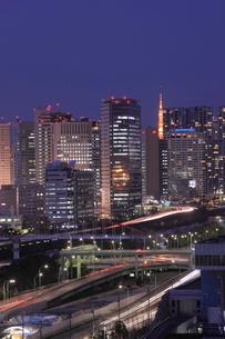 東京タワーと天王洲の夜景の写真素材 [FYI02456807]