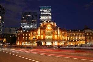 東京駅丸の内駅舎の夜景の写真素材 [FYI02456909]