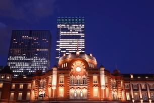 東京駅丸の内駅舎の夜景の写真素材 [FYI02456978]