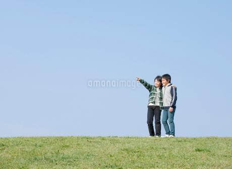 遠くを眺める小学生の男の子2人の写真素材 [FYI02456998]