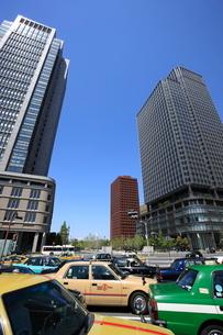 丸の内のタクシーと高層ビル群の写真素材 [FYI02457017]