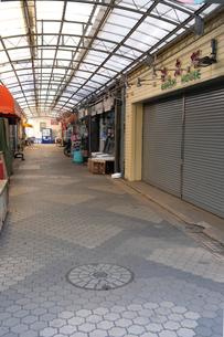 閑散とした商店街の写真素材 [FYI02457032]