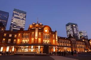 東京駅丸の内駅舎の夜景の写真素材 [FYI02457034]