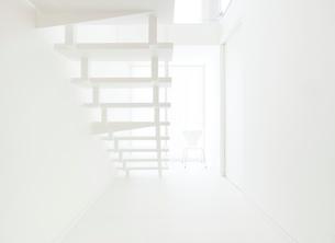 白い階段の写真素材 [FYI02457061]