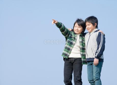 遠くを眺める小学生の男の子2人の写真素材 [FYI02457078]