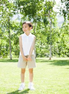 新緑の中の女の子の写真素材 [FYI02457088]